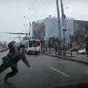 Внезапно выбежавший на дорогу мужчина чуть не попал под колёса (ВИДЕО)