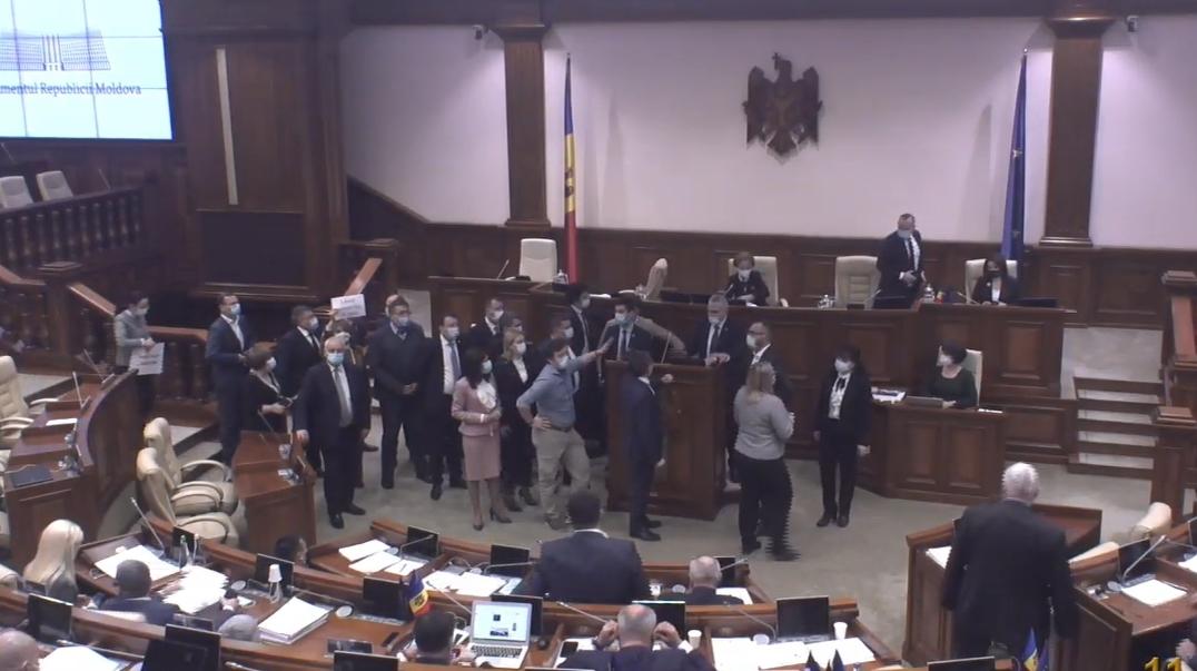 "Депутаты ""АКУМ"" устроили хаос на заседании парламента"