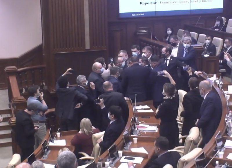 """Депутаты """"АКУМ"""" устроили потасовку на заседании парламента и помешали выступлению вице-премьера"""