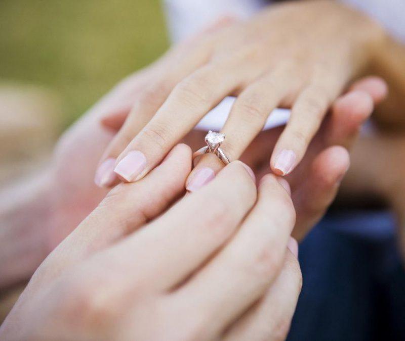 Предложение руки и сердца закончилось спасательной операцией: кольцо оказалось мало