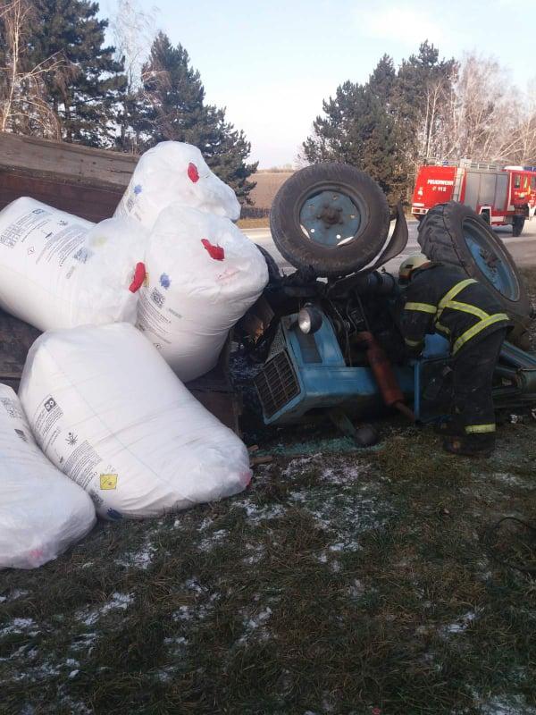 Спасатели вытащили водителя из перевернувшегося трактора
