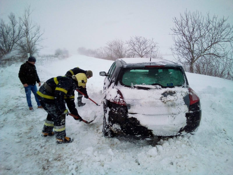 За последние сутки спасатели вытащили из снега более 200 машин (ФОТО, ВИДЕО)