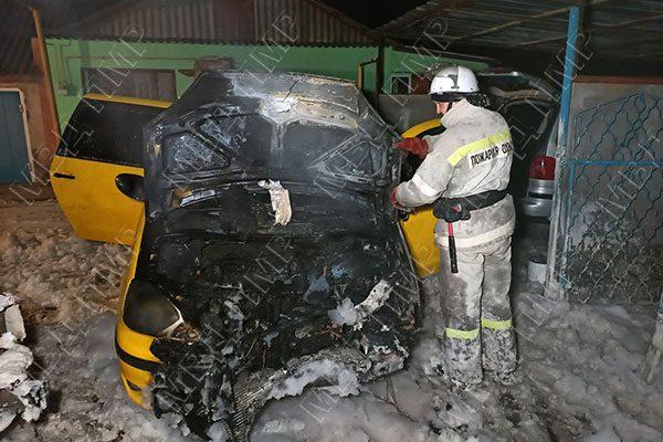 Мужчина поджёг автомобиль, пытаясь разогреть его специальной лампой