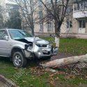 Потерял сознание за рулём: машина снесла дерево