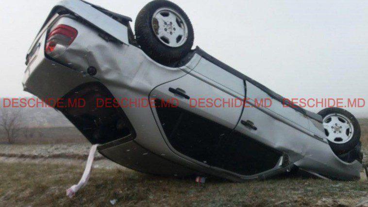 ДТП под Бельцами: машина опрокинулась вверх тормашками, водитель в больнице