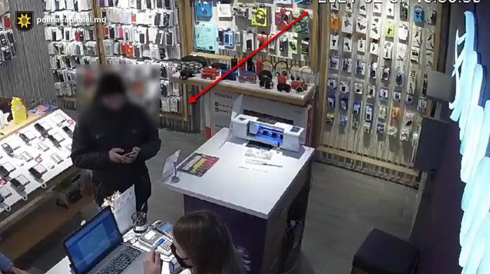 Воспользовался невнимательностью продавца и украл телефон: момент попал на камеру (ВИДЕО)