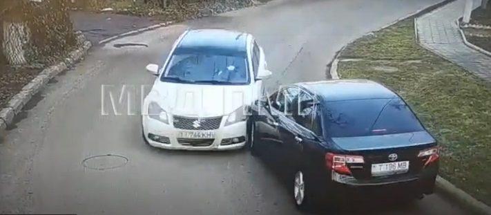 Два водителя не смогли разъехаться на пустой дороге (ВИДЕО)