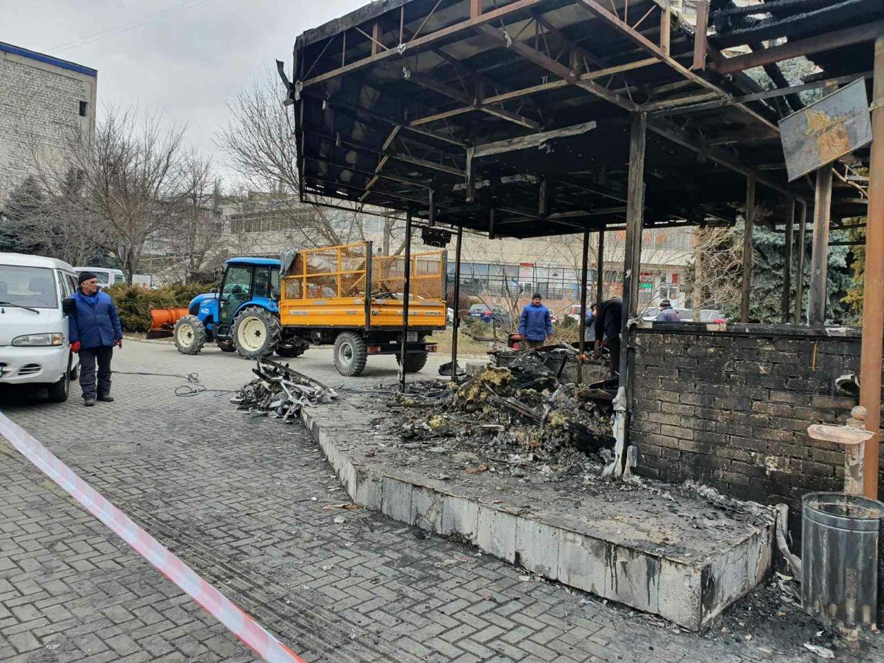 Конструкции сгоревшего на Негруцци магазина демонтировали. Там обустроят современную остановку