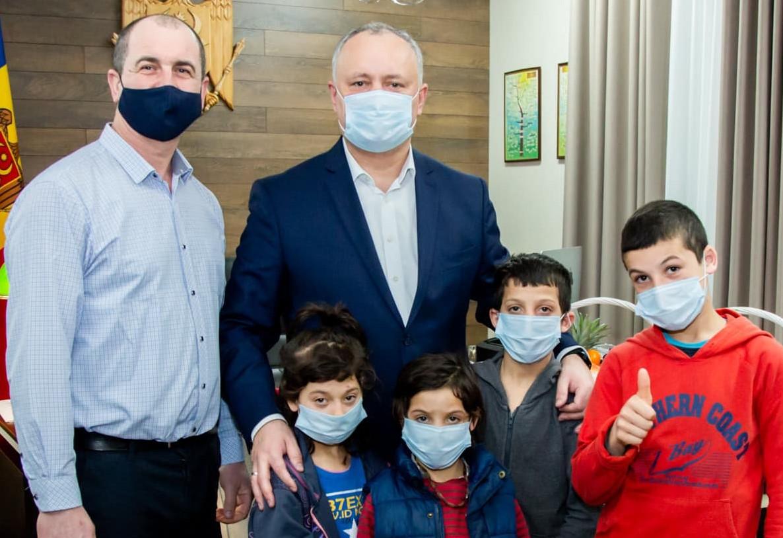 Игорь Додон пригласил в гости мальчика, принявшего участие в марафоне в резиновых галошах (ФОТО, ВИДЕО)