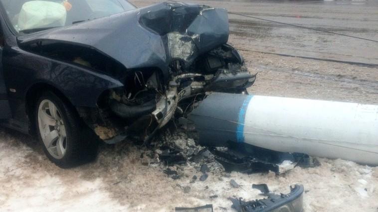 В Сороках автомобиль снёс опору ЛЭП. Полгорода осталось без света