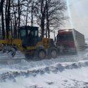 """Два грузовика попали в """"снежный плен"""" у въезда в Бельцы"""