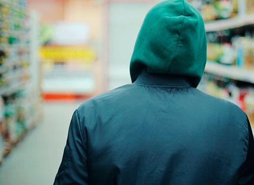 Ни маска, ни капюшон не помогли: мужчина попался на краже из магазина