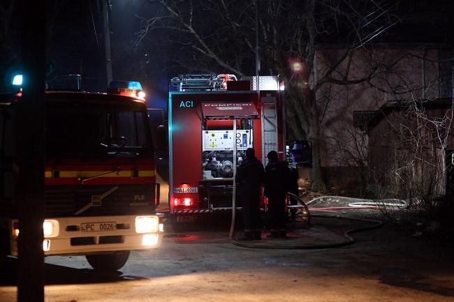 В пристройке к дому в Бельцах вспыхнул пожар. Спасатели эвакуировали газовый баллон (ФОТО, ВИДЕО)
