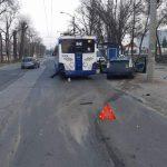 В столице такси влетело в троллейбус: ранены трое