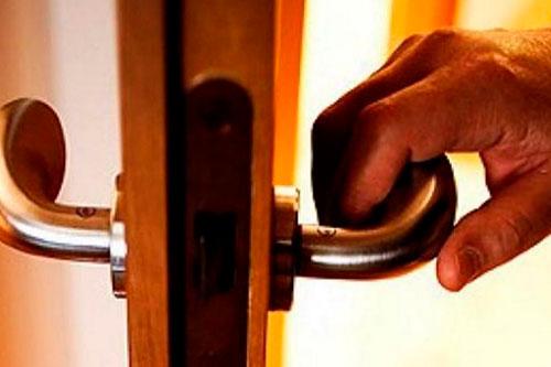 Незваный гость: мужчина ворвался в квартиру девушки и пытался связать её из-за громкой музыки