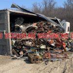 На трассе перевернулся грузовик с металлоломом