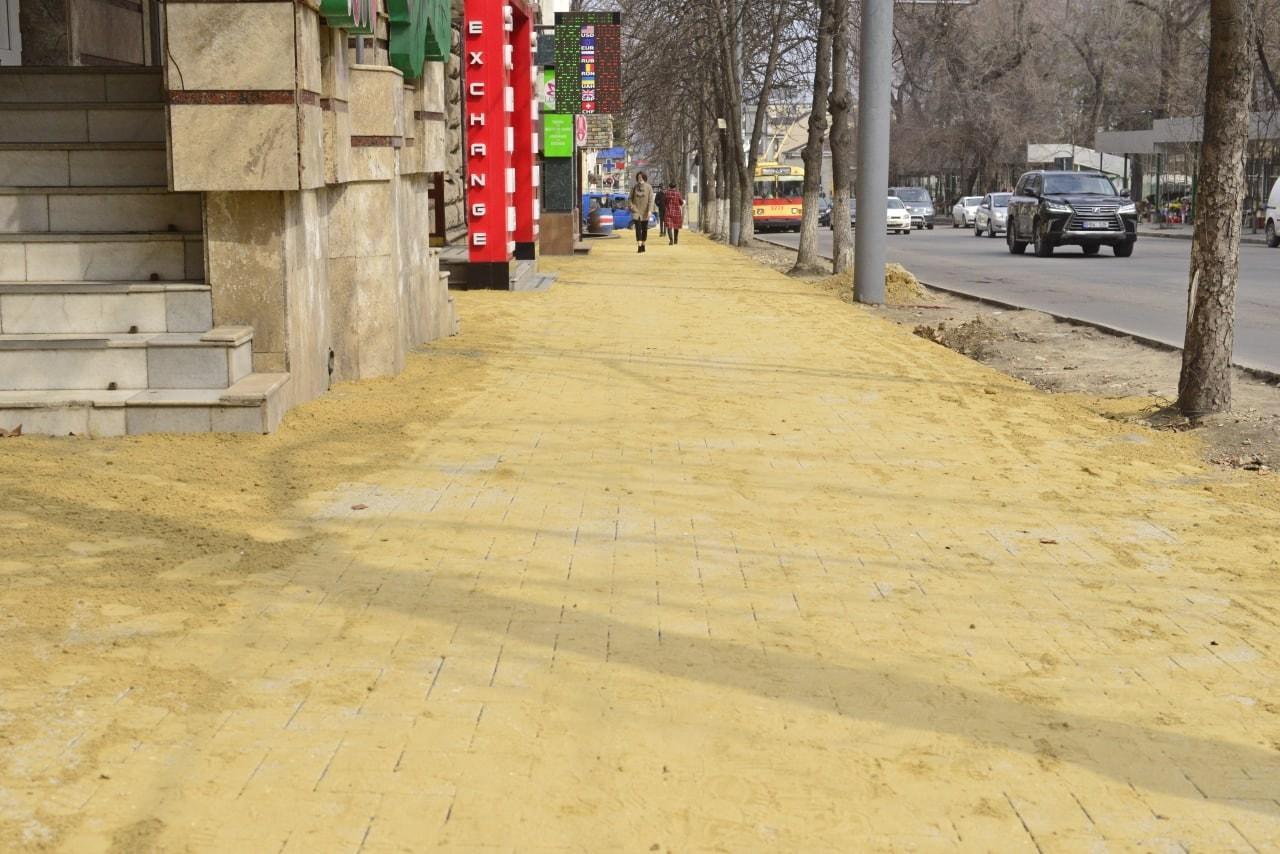 Возобновлены работы на тротуарах на улицах Пушкина и Бэнулеску-Бодони