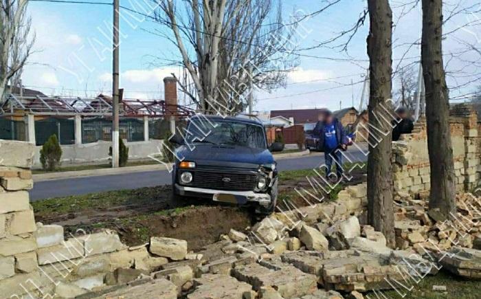 Перепутал педали: водитель протаранил забор