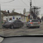 В центре столицы столкнулись два автомобиля: один из них въехал в столб