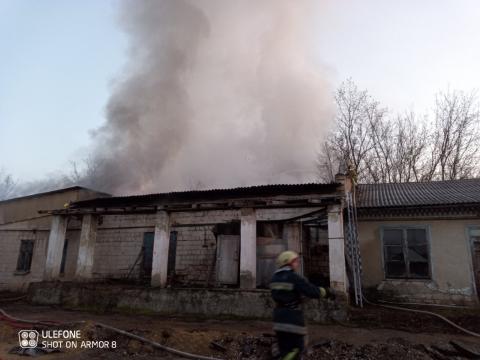 Пожарные потушили загоревшийся склад в Сынджере (ФОТО)