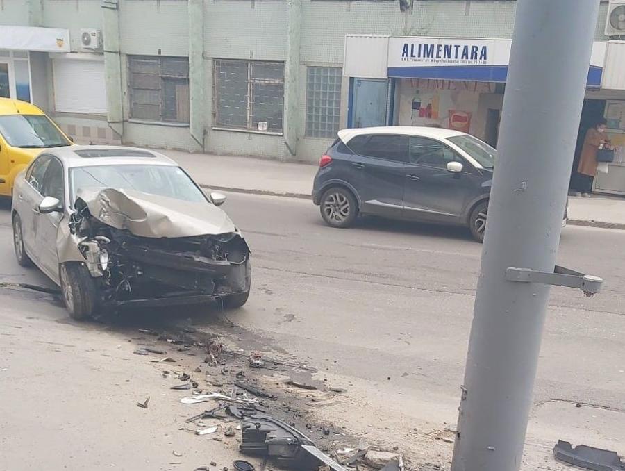 Авария в центре столицы: невнимательный водитель въехал в столб