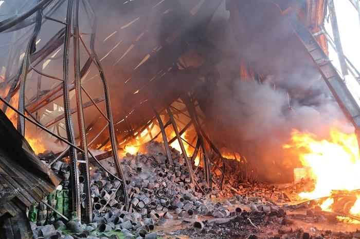 Пожарные спустя сутки ликвидировали возгорание на складе с краской в столице (ФОТО)