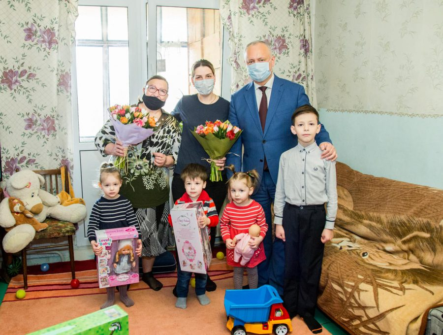 В канун Пасхи Додон навестил с подарками многодетную семью (ФОТО, ВИДЕО)
