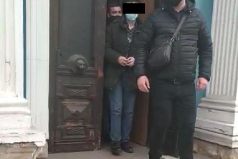 Двое иностранцев шантажировали третьего. Одного задержали, другой – в розыске