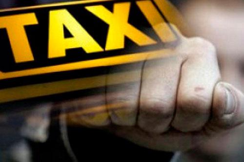 Агрессивный пассажир набросился с кулаками на таксиста из-за музыки