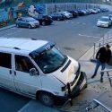 Забыл поставить на ручник: автомобиль без водителя врезался в перила магазина (ВИДЕО)