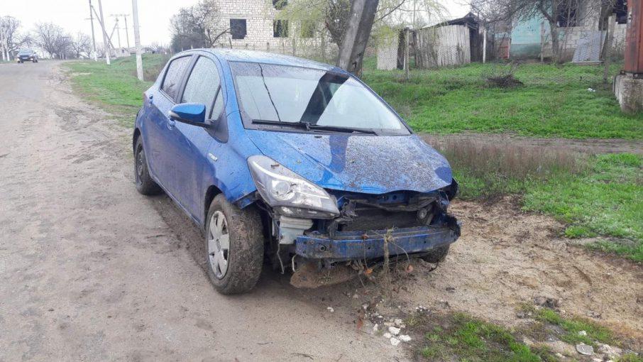 В Хынчештах женщина за рулём Toyota протаранила забор частного дома и сбежала с места ДТП (ФОТО)