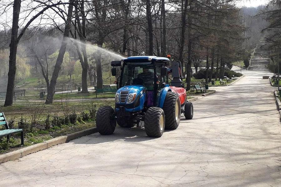 В столичных парках началась борьба с клещами и амброзией