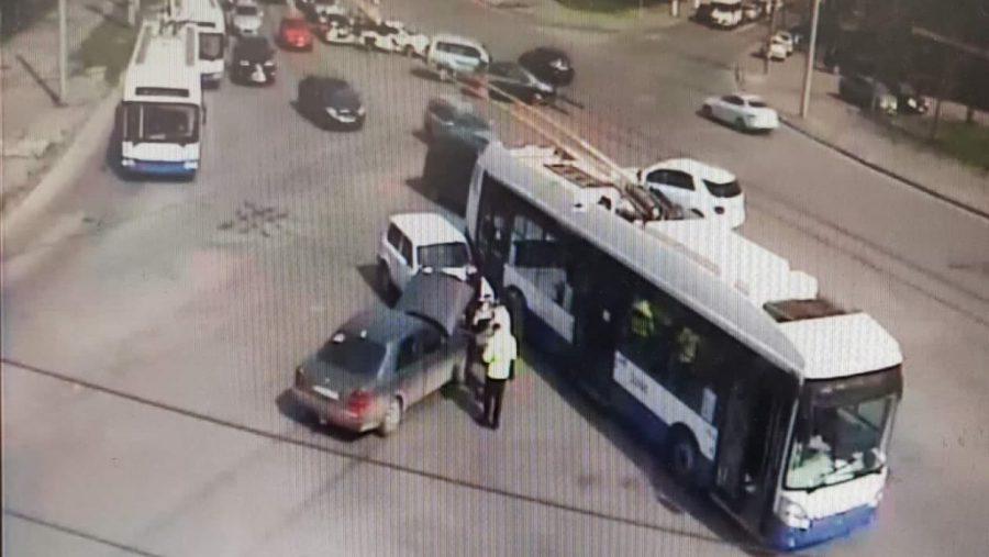 Троллейбус стал участником цепного ДТП