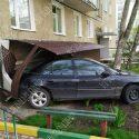 Перепутал педали: пьяный водитель въехал на машине в многоэтажку