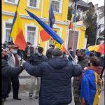 """С флагами Румынии и ЕС: сторонники Санду в Страстную неделю """"зажгли"""" перед зданием КС (ВИДЕО)"""