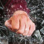 Похулиганили: трое нетрезвых приятелей разбили уличную вывеску