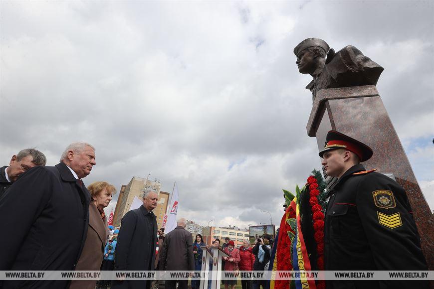 Игорь Додон и Зинаида Гречаный приняли участие в церемонии открытия памятника Солтысу в Минске (ФОТО)