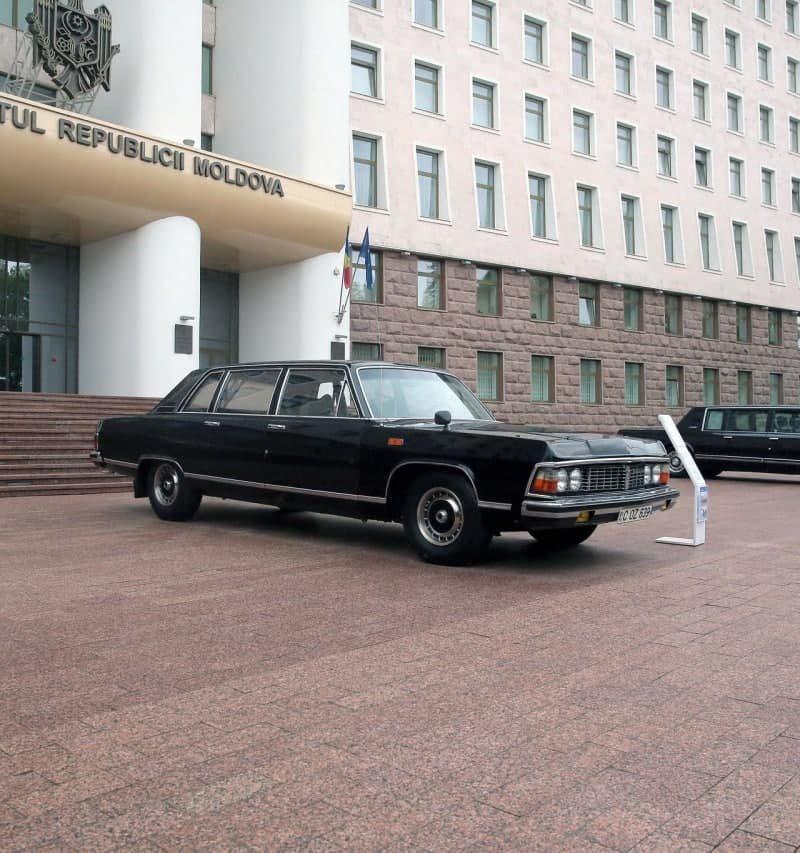 Перед зданием парламента выставлены ретроавтомобили «Газ-14» и «ЗИЛ 41047» (ФОТО)