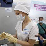 Роспотребнадзор рекомендовал переболевшим COVID-19 вакцинироваться через несколько месяцев