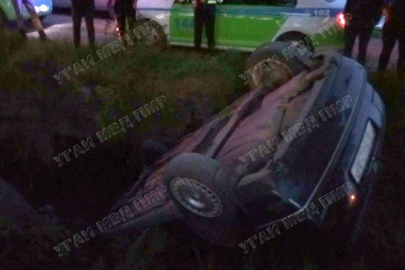 Volkswagen вылетел с дороги и перевернулся: водитель госпитализирован