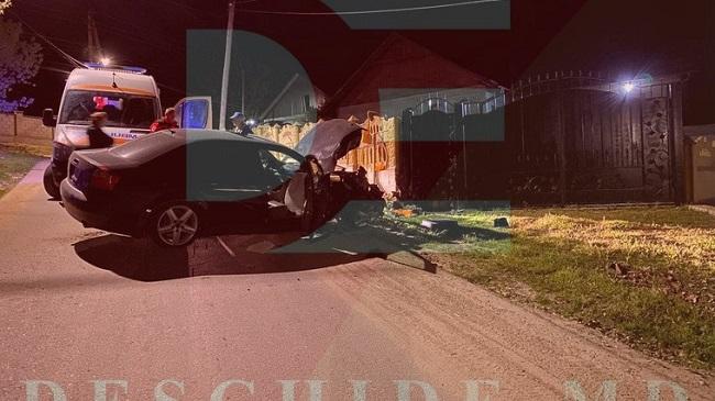 Автомобиль на высокой скорости врезался в забор: водитель в больнице (ФОТО)