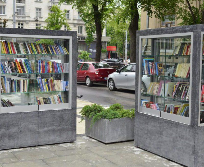 """Возьми книгу, принеси книгу: библиотека в сквере """"Михай Эминеску"""" была пополнена"""