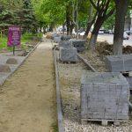 Работы по восстановлению тротуара на улице Ливиу Деляну идут полным ходом