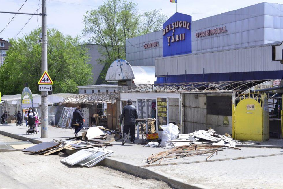 На Буюканах начался снос киосков возле рынка у бывшего кинотеатра «Флакэра»