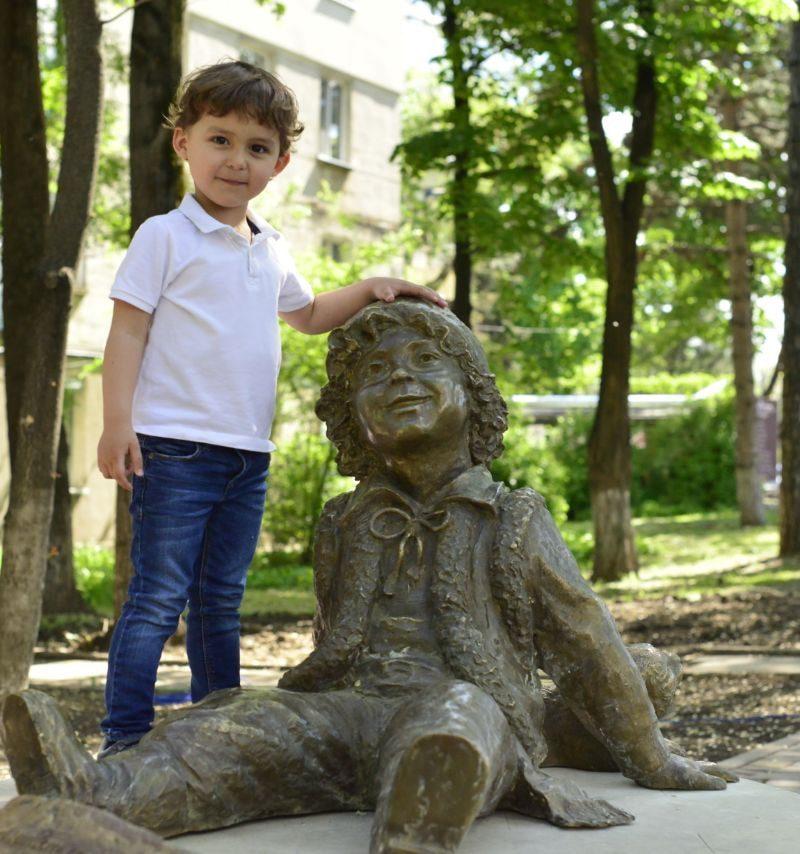 В сквере на Рышкановке появилась бронзовая скульптура Гугуцэ