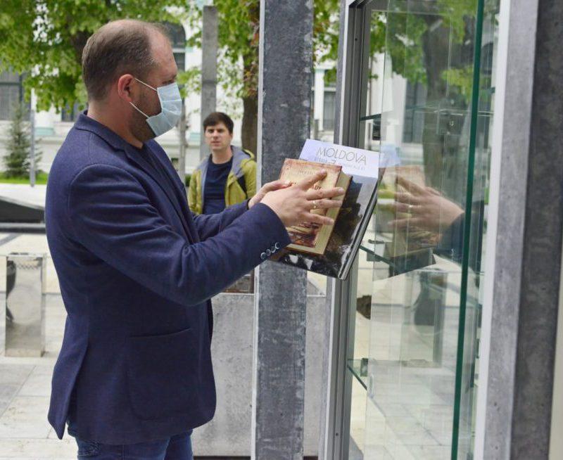 """В сквере """"Михай Эминеску"""" появилась библиотека под открытым небом"""