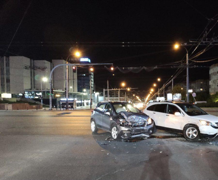 В центре столицы два автолюбителя не поделили перекрёсток