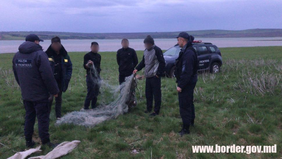 """Поймали """"на горячем"""": пограничники задержали браконьеров с уловом"""