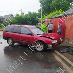 Еле стоял на ногах: нетрезвый автолюбитель протаранил забор