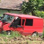 В Единцах бесправный водитель врезался в дерево: трое в больнице